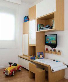 Armários, TV, escrivaninha. Tudo o que você e uma criança pode querer ou precisar no quarto.