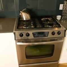 Stainless steel products look beautiful in a kitchen. In order to maintain the look of these appliances, you need a good stainless steel stove top cleaner. Stainless Steel Gas Stove, Cleaning Stainless Steel Appliances, Stainless Steel Refrigerator, Black Appliances, Kitchen Appliances, Cooking Appliances, Home Design, Frigidaire Stove, Home