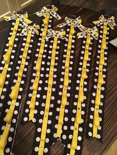Cheerleader bow holder that my Magpie is making for her squad. Cheer Team Gifts, Cheer Coaches, Cheer Mom, Cheer Stuff, Softball Gifts, Volleyball Players, Cheerleading Crafts, Gifts For Cheerleaders, Football Cheer