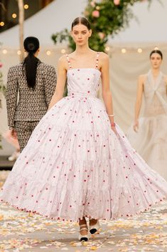 Chanel Spring 2021 Couture – Classy and fabulous way of living Fashion Week Paris, Runway Fashion, Spring Fashion, Chanel Fashion Show, Haute Couture Looks, Haute Couture Fashion, Haute Couture Paris, Haute Couture Dresses, Chanel Couture