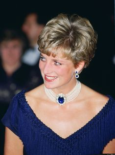 HRH Diana ~ Princess of Wales Had An Uncanny Knack To Refit and Reconfigure Jewelry So That It Suited her Perfectly! Princess Diana Jewelry, Princess Diana Hair, Princess Diana Fashion, Princess Diana Pictures, Princess Of Wales, Princesa Diana, Diana Haircut, Gown Pictures, Very Short Hair