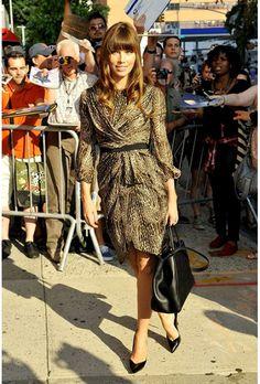 Jessica Biel en un vestido de animal print de Giambattista Valli y zapatos Casadei.