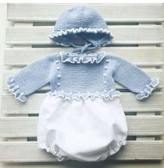 This Pin was discovered by Pit Baby Outfits, Kids Outfits, Baby Clothes Patterns, Cute Baby Clothes, Baby Knitting, Crochet Baby, Tricot Baby, Rangers, Knitted Romper