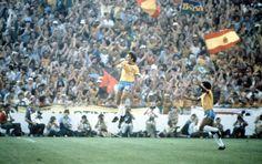 Zico comemora um gol na partida contra a Argentina, pela fase final da Copa do mundo na Espanha. O Brasil encantou o mundo com seu futebol ofensivo e exuberante