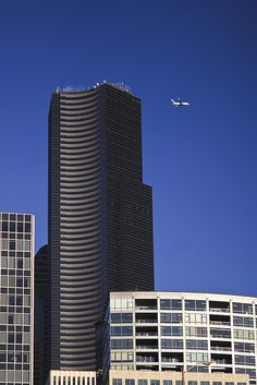 Boeing 737 flying past Columbia Center in Seattle by Lee Rentz, via Flickr