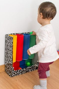 Color tube: DIY toys inspired by Montessori - In the first . - Color tube: Montessori-inspired do-it-yourself toys – In the first few months, your baby will pre - Toddler Learning Activities, Baby Learning, Montessori Activities, Infant Activities, Color Activities, Preschool Toys, Baby Sensory Play, Baby Play, Montessori Color