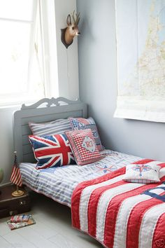 Love the cushions and quilt.