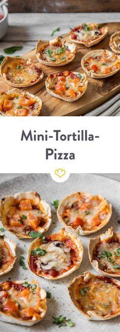 Einfach Tortillas in die Muffinform geben, mit Pizzasauce, Mozzarella, Pilzen und Paprika belegen und heraus kommen viele kleine Mini-Tortilla-Pizzen! See other ideas and pictures from the category menu…. Fun Pizza Recipes, Grilling Recipes, Appetizer Recipes, Snack Recipes, Drink Recipes, Tortilla Pizza, Tapas, Mini Pizzas, Buffets