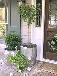 Easy and Beautiful Container Garden Ideas for Your Porch Wondering what plants and flowers to choose to style your front porch container planters this year? Here are some easy and beautiful container garden ideas for your porch! Farmhouse Front Porches, Garden Design, Front Porch Planters, House With Porch, Front Garden, Porch Design, Front Yard, Porch Planters, Front Door Decor