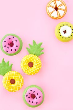 How cute are these donuts that are designed to look like colorful fruit? How cute are these donuts that are designed to look like colorful fruit? Colorful Desserts, Creative Desserts, Colorful Fruit, Cute Desserts, Food Wallpaper, Pastel Wallpaper, Wallpaper Backgrounds, Iphone Wallpaper, Summer Backgrounds