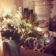 Winter moods are still here.. a battery operated led string on a kitchen shelf - what a great way to add that cozy spirit in an otherwise dark room ✨❄️✨ Patterivaloilla tunnelmaa talviseen pimeyteen. Ihanaa astua huoneeseen kun ei ole pimeää, vaan pieni valo loistaa hyllyltä ✨❄️✨ #patterivalot #batteryoperated #ledstring #kitchenshelf #keittiönhylly #cozylight #tunnelmavalo #potterybarn #mypotterybarn #lovemypotterybarn #bottlestopper #cartwrightandbutler ##exquisitebiscuits #cheddarcrackers…