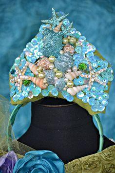 Mermaid crown - have each child make their own birthday crown at Mermaid party rhs Mermaid Under The Sea, Under The Sea Party, The Little Mermaid, Halloween Karneval, Mermaid Birthday, Birthday Tiara, Barbie Birthday, Mermaid Crown, Fantasias Halloween