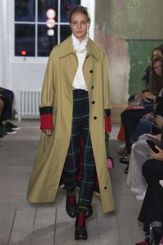 Burberry Fall 2017 Ready-to-Wear Fashion Show - Olympia Campbell