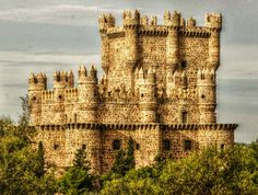 Castillo de Guadamur (s. XV), Toledo, España Portugal Nord, Spain And Portugal, Chateau Medieval, Medieval Castle, Castle Ruins, Castle House, Interesting Buildings, Amazing Buildings, Europe Centrale