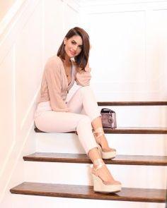 A digital influencer Camila Coelho com tons neutros, e nos pés: anabela com delicada amarração, salto de corda e tonalidade nude
