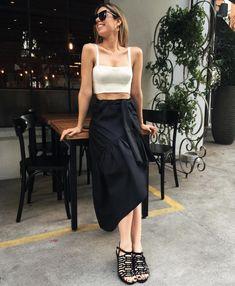 Look Camila Coutinho casual, perfeito para o dia a dia, com saia preta de amarração e cropped branco