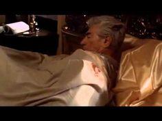 """A cena do cavalo, onde Jack Woltz acorda e acha, em sua cama, a cabeça decepada de seu cavalo campeão, em """"O Poderoso Chefão""""."""