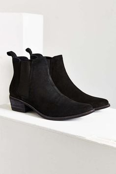 August Pointy Toe Chelsea Boot - Urban Outfitters