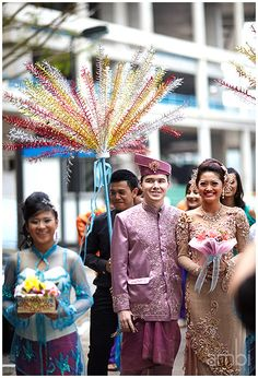 Malay wedding -- the color of their outfits Wedding Poses, Wedding Couples, Wedding Ceremony, Wedding Dresses, Wedding Ideas, Malaysia Truly Asia, Malay Wedding, Wedding Function, Wedding Photography Inspiration