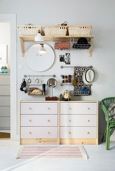 Avoid morning accessory fumbling with an easy-access wall rack! Click for ideas to create your perfectly organized space.