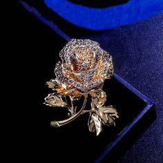 Prepracovaná zlatá brošňa v tvare ruže