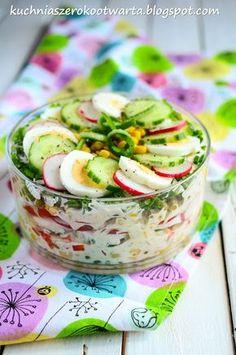 Kuchnia szeroko otwarta: Wiosenna sałatka warstwowa z sosem jogurtowym