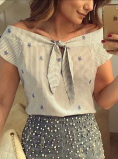 Moda 2019 tendencias mujer juvenil ideas for a blus e a saia!Love this not quite off the shoulder blouse. so prettyTop style but NOT the printPossibly could make from mens shirt Blouse Styles, Blouse Designs, Net Fashion, Womens Fashion, Fashion 2018, Fashion Brands, Fashion Online, Kleidung Design, Mode Inspiration