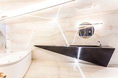 Kinkiet i lampa wisząca z włoskiej firmy Egoluce. Ciekawostką jest zamontowana lampa wisząca, która posiada długość 3m i średnicę 1,8cm, dzięki temu wygląda bardzo subtelnie. W ścianie, podłodze i suficie zamontowano specjalne linie świetlne wykonane ze specjalnego tworzywa odpornego na promienie UV z wysokim doszczelnieniem IP68.