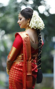 Stylish Wedding Hairstyle Ideas For Indian Bride - Indian Fashion Ideas South Indian Wedding Hairstyles, South Indian Wedding Saree, Bridal Hairstyle Indian Wedding, Bridal Hairdo, Bridal Braids, Indian Hairstyles, Indian Weddings, Bridal Pics, Tamil Wedding