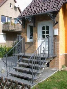 geschmiedetes Treppengeländer und Vordach