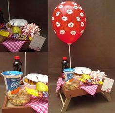 desayuno sorpresa en azafate de madera para cama Ok Design, Fruit Gifts, Cute Presents, Valentines Day Food, Candy Bouquet, Ideas Para Fiestas, Valentine's Day Diy, I Love Food, Food Pictures