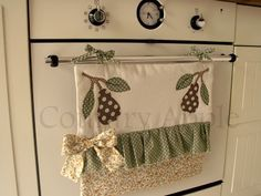hanged by ties Sewing Hacks, Sewing Crafts, Household Organization, Mug Rugs, Hot Pads, Kitchen Towels, Small Gifts, Kitchen Accessories, Tea Towels