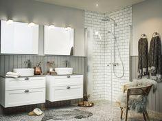 Soul kommod 800 x 2 i vit lack, lådfront Frame och ovanpåliggande handfat Sand Round i porslin med bänkskiva Basalt Grey. Soul spegel med kub belysning. Dusch Skagen Rund i klarglas och profiler i natur.