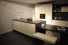 Moderne keuken met schiereiland.