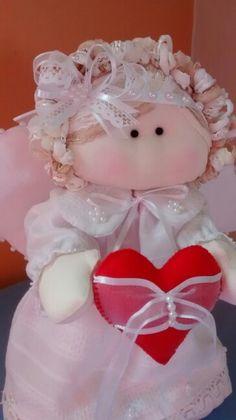 Anjo em tecido, com coração porta alianças. ...28cm