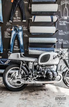 Fray:me gusta el diseño, por el detalle de la moto y por como están colocado los vaqueros en la pared es una buena combinación.
