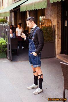 Este verano los hombres llevarán chaqueta con corbata en el interior de cómodos petos de estilo vaquero, calzado con deportivas y calcetines de ejecutivo.    visto en http://bit.ly/wDogSb