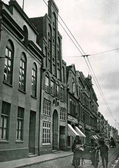 Als die Straßenbahn durch die Hüxstraße fuhr – und der Mietkutscher durch das heutige Kaffeehaus (Nr. 35, zweites Haus von links). Um 1905.
