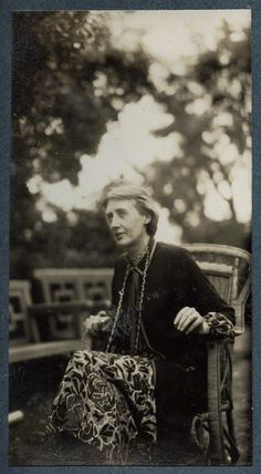 virgina woolf essay Virginia woolf was born adeline virginia stephen on 25 january 1882 at 22 hyde  with woolf writing in a 1917 essay that her aim as a writer was to follow.