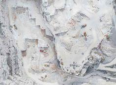 """Le cave di Carrara diventano opere astratte nelle fotografie di Bernhard Lang Il fotografo tedesco Bernhard Lang ha recentemente completato la sua ultima serie di scatti: """"Carrara Marble"""". Le immagini ritraggono le cave di marmo di Carrara sulle Alpi Apuane. Ma i cantieri catt #fotografia #fotografiaaerea #carrara"""