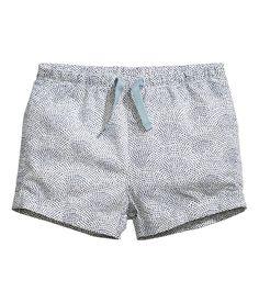 Kolla in det här! BABY EXCLUSIVE/CONSCIOUS. Ett par korta shorts i mjuk, vävd ekologisk bomull. Shortsen har resår och dragsko i midjan. Fuskfickor med knäppning bak. Fastsytt uppvik vid bensluten.  - Besök hm.com för ännu fler favoriter.