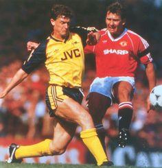 Man Utd 4 Arsenal 1 in Aug 1989 at Old Trafford. Brian Marwood intercepts Bryan Robson's shot #Div1