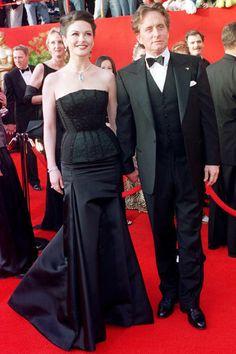 Catherine Zeta-Jones en robe Versace et Michael Douglas aux Oscars 2001 - Catherine Zeta-Jones, la femme fatale rangée - L'EXPRESS