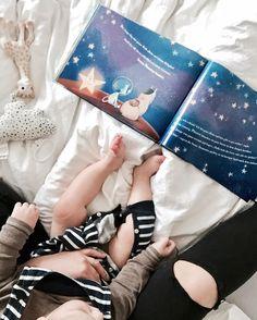 Nach dem ersten und oft einzigen Schläfchen und noch vor dem Mittagessen wird hier ein bisschen zusammen gelesen. Wir lesen zweisprachig. Klassiker und neues. Von mutigen Mädchen genau wie von mutig kleinen Jungen. Oder auch den nicht mutigen. Von Tieren und Ländern. Lesen ist so wichtig. Es öffnet unsere Herzen und Augen für Fremdes. Wer liest hat mehr Welt.  _______________________________________________  #reading #babyboy #toddler #diemagiemeinesnamens #book #reading #babyleonard #buch…