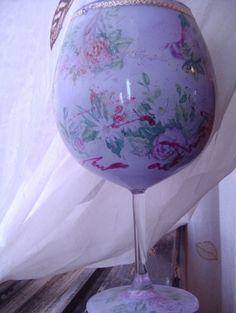 גביע יין דמוי חרסינה: עשוי בטכניקת מפיות מודבקות מבפנים בשילוב צבע אקרילי.
