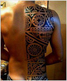 Joli façon de se faire tatouer des motifs maori sur le dos