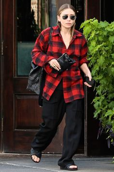 Olsen Daily — Mary-Kate and Ashley Olsen news and pictures! Ashley Olsen Style, Olsen Twins Style, Mary Kate Ashley, Mary Kate Olsen, Elizabeth Olsen, Olsen Sister, Winter Outfits, Casual Outfits, Plaid Fashion