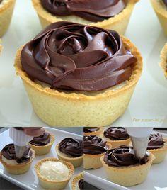 Inspirados en la receta Norteamericana del Boston Cream Pie, hoy presentamos estas deliciosas tartaletas con base de harina, mantequilla y almendra molida, relleno de crema pastelera y cobertura final de ganache de chocolate. Unos bocados exquisitos que homenagean, con mucho acierto, al popular po…