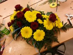 Fardig med Bårebukett fra siden Floral Wreath, Wreaths, Plants, Home Decor, Floral Crown, Decoration Home, Door Wreaths, Room Decor, Deco Mesh Wreaths