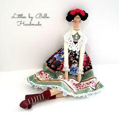 Las muñecas está listo para nave-    Aquí os presento el estilo de muñeca de Frida Kahlo Tilda de versión, el pintor mexicano conocido por sus retratos, que reflejan su dolor y su soledad en arte puro. esta muñeca es un tributo a su fama y sus amantes.  Todas las muñecas se hacen con creatividad, realizando diminutos por Bella diseño, creando piezas únicas y divertidas, innovando con detalles únicos, diferentes ropas y tejidos elegidos con amor, hecho especialmente para usted.  La chica es…